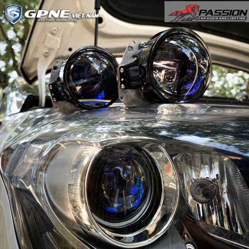 Hình cận cảnh speedlight được gắn lên xe | Passion auto